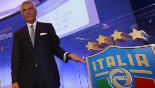 Gabriele Gravina posa con el escudo de Italia