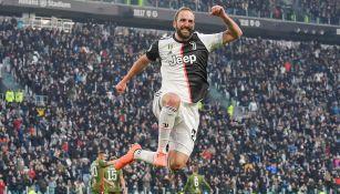 Gonzalo Higuaín celebra una anotación con Juventus