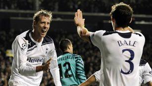 Bale es felicitado por Crouch tras darle una asistencia de gol