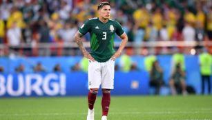 Carlos Salcedo jugando con la Selección Mexicana