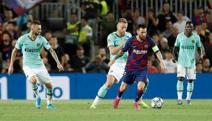 Leo Messi controla el balón contra el Inter de Milán