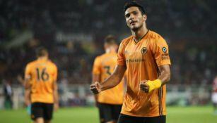 Raúl Jiménez festeja un gol con los Wolves