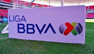 Logo de la Liga MX en la cancha del Estadio Akron