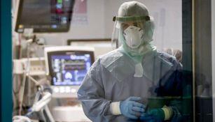 Doctor que atiende a enfermos de COVID-19 en Pavia, Italia