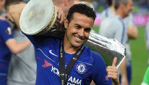 Pedro Rodríguez levanta el trofeo de la Europa League