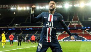 Neymar celebra anotación con el PSG