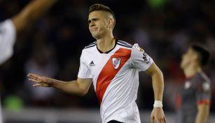 Santos Borré en pleno festejo de gol con la camiseta de River