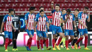 Jugadores de Chivas celebran una anotación en Liga MX