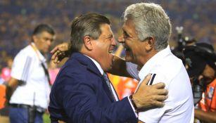 Miguel Herrera saluda a Ricardo Ferretti previo a un partido