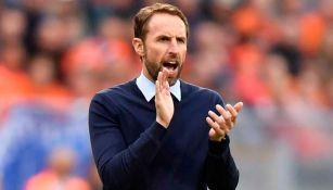 Southgate aplaude en un juego de la Selección de Inglaterra