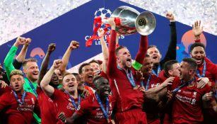 Jugadores del Liverpool levantan la Orejona en 2019