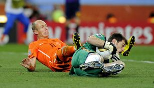 Iker Casillas en jugada con Arjen Robben