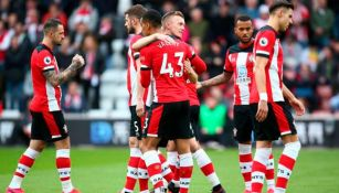 Jugadores del Southampton se abrazan tras un partido