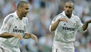 Ronaldo y Roberto Carlos festeja un gol con el Real Madrid