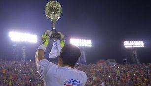 Rodríguez levantando el trofeo de campeón del Ascenso MX