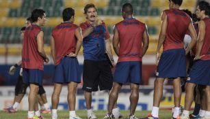 La Volpe charla con sus jugadores durante su etapa con Atlante