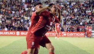 Jugadores del Club Deportivo Tepatitlán festejan un gol