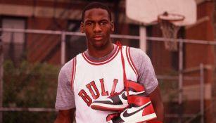 Michael Jordan posando con los primeros Air Jordan