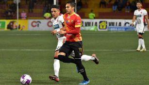 Diego González durante un partido con Herediano