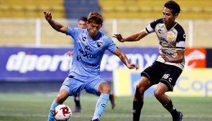 Jugadores pelean el esférico en un Dorados vs Tampico