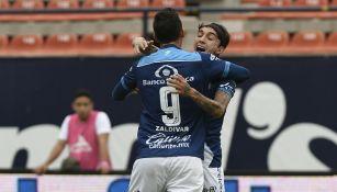Jugadores de Puebla festejan un gol