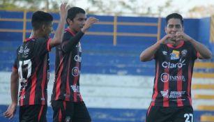 Fernando Villalpando (der) celebra un gol con el Walter Ferretti