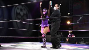 Lady Shani  celebra una victoria en Lucha Fitgher AAA
