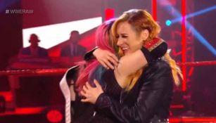 Asuka abraza a Becky Lynchtras enterarse de su embarazo