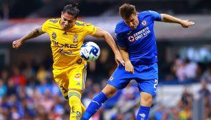 Salcedo y Giménez luchan por el balón