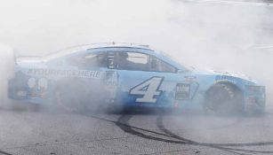 Vehículo en acción durante el evento de NASCAR