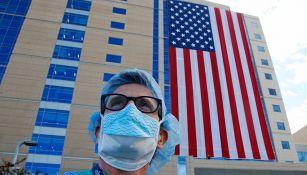 Trabajador del sector salud afuera de un hospital en Utah