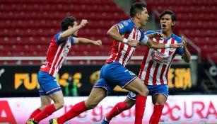 Jugadores de Chivas festejan gol contra Rayados