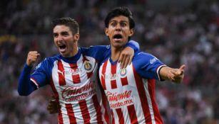 Macías y el Conejito Brizuela celebran un gol