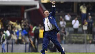 El Piojo Herrera durante un partido del América en el Azteca