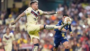 Nico Castillo disputa el balón en un juego de América