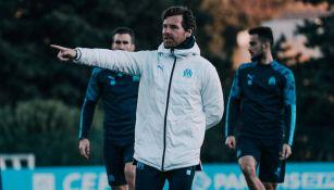 André Villas-Boas da indicaciones en un entrenamiento