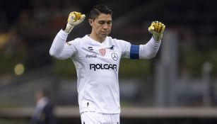Hugo González durante un duelo con Necaxa