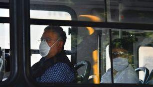 Personas usan cubrebocas en transporte público