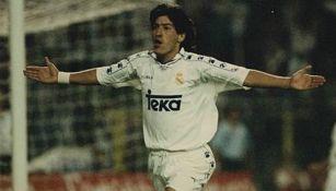 Iván Zamorano celebra una anotación con el Real Madrid
