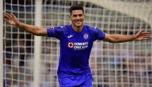 Lucas Passerini celebra un gol con Cruz Azul