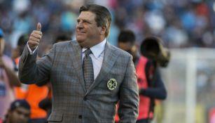Miguel Herrera, técnico del América, saludando