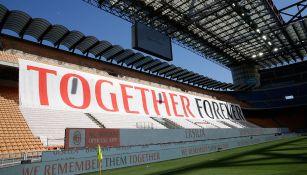 Pancarta del Milan en homenaje a los afectados por el Covid-19