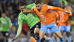 Benedetti pelea el balón en la Final de Copa MX contra Juárez