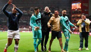 El entrenador de porteros celebra con la afición auriazul