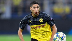 Achraf Hakimi durante un duelo con el Borussia Dortmund
