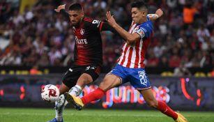 Jesús Molina pelea un balón con Jeraldino en el Clásico