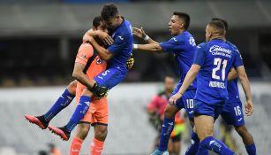 Jugadores de Cruz Azul celebrando una victoria