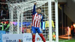 Eduardo López celebrando un gol con Chivas