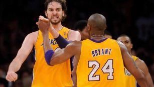 Pau Gasol festeja una naotación con Kobe Bryant