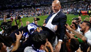 Jugadores del Real Madrid levantan a Zidane tras un título